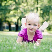 Kinderportrait auf der grünen Wiese