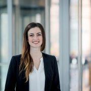 lockeres Portrait mit Businesshintergrund, fotografiert in Erfurt