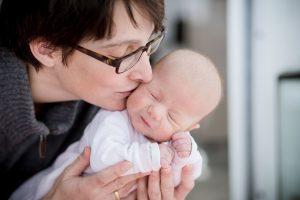 mit dem natürlichen Tageslicht entstand dieses bezaubernde Bild der stolzen Mama mit ihrem Baby