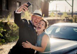 mit viel Spass beim Shooting, hier macht das Brautpaar gerade ein Selfie