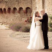 Hochzeitspaar küsst sich in romatischer Kulisse
