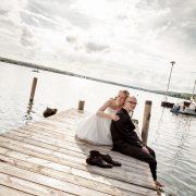 modernes Brautpaarbild am Wasser