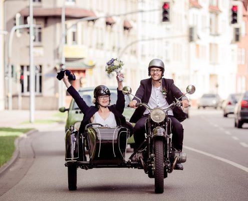 Hochzeitspaar auf Oldtimermotorrad