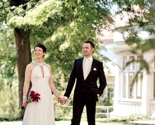 Hochzeitspaar klassisch locker im Park