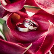 Nahaufnahme der Eheringe im Brautstrauß