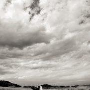 Hochzeitspaar geht auf Landstraße,dramatischer Himmel