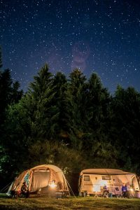 Idyllische Nachtaufnahme mit Sternenhimmel Campingplatz Meyersgrund