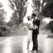 selbst der strömende Regen kann das gut gelaunte, frisch verliebte, Brautpaar nicht aus der Ruhe bringen