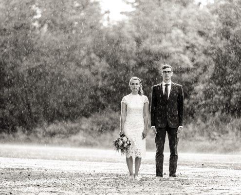 im wahrsten Sinne des Wortes steht das Brautpaar bedröppelt im strömenden Regen... ;-)