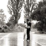 Brautpaar küsst sich barfuß im strömenden Regen Hochzeitsfotograf Andreas Pöcking aus Erfurt