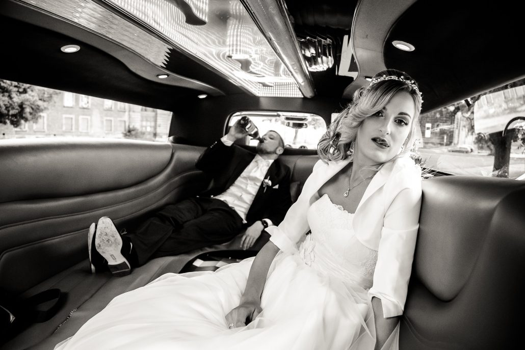 Brautpaar in einer witzigen Einstellung in einer StrechLimo fotografiert