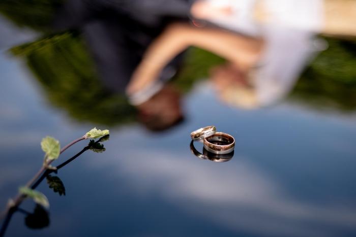 Eheringe mit Spiegelung vom Brautpaar