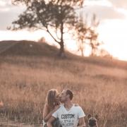 romantisches Paarfoto mit Hund und Sonnenuntergang © Andreas Pöcking Fotograf in Erfurt