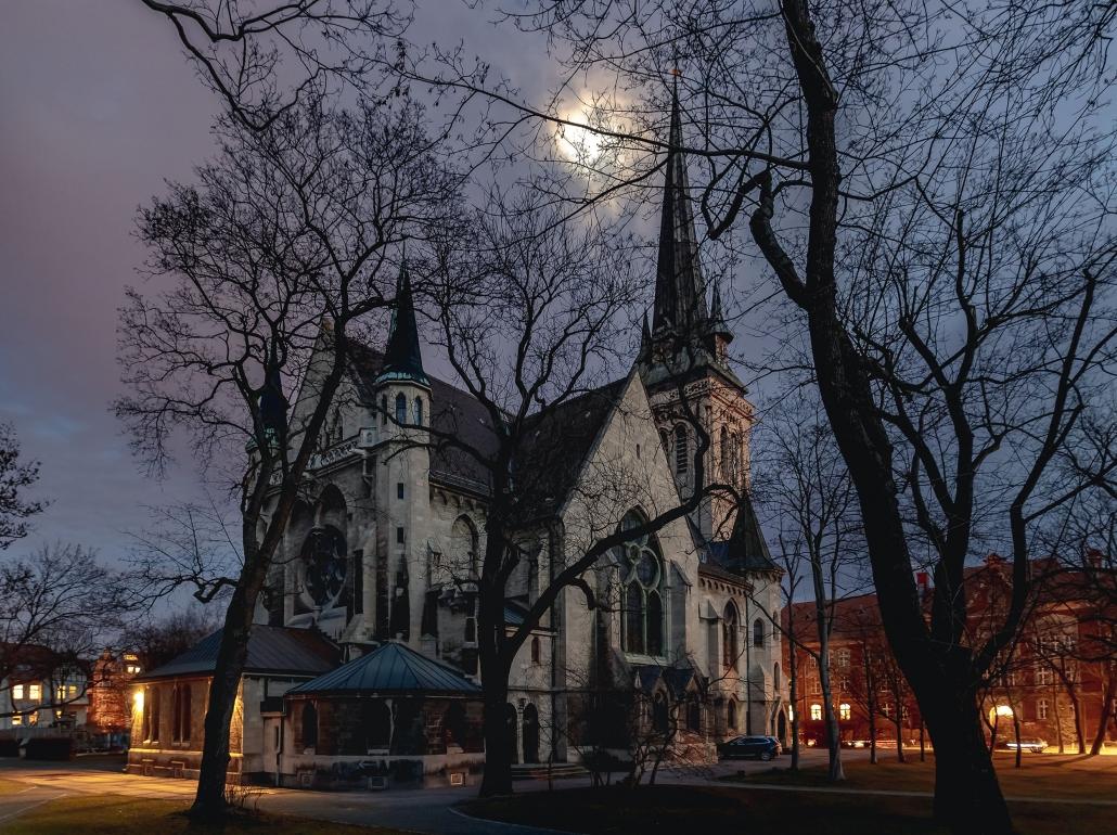 die Thomaskirche in Erfurt von hinten Richtung Schillerstraße circa 45 Minuten nach Sonnenuntergang Canon EOS R Sigma20mm