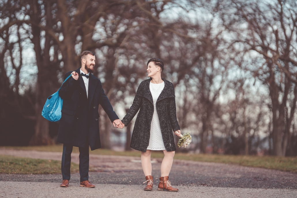 ein eher unkonventionelles Hochzeitsfoto fotografiert am Schloß Friedenstein in Gotha in Thüringen Kamera: Sony A7rIII Sigma Art 105mm