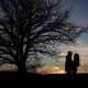 Paar als Schatten vor der untergehenden Sonne fotografiert in Erfurt