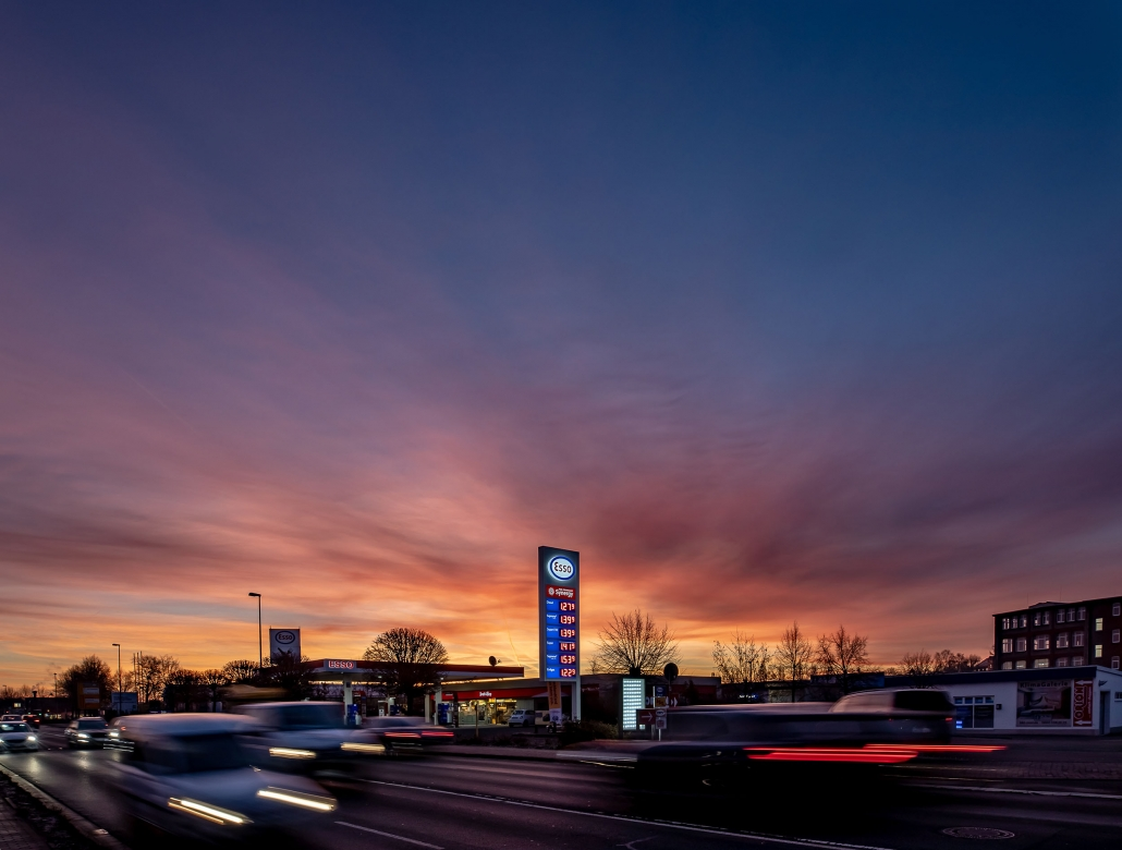 stimmungsvoller Sonnenaufgang an der Esso Tankstelle in der Weimarischen Strasse in der Landeshauptstadt Erfurt