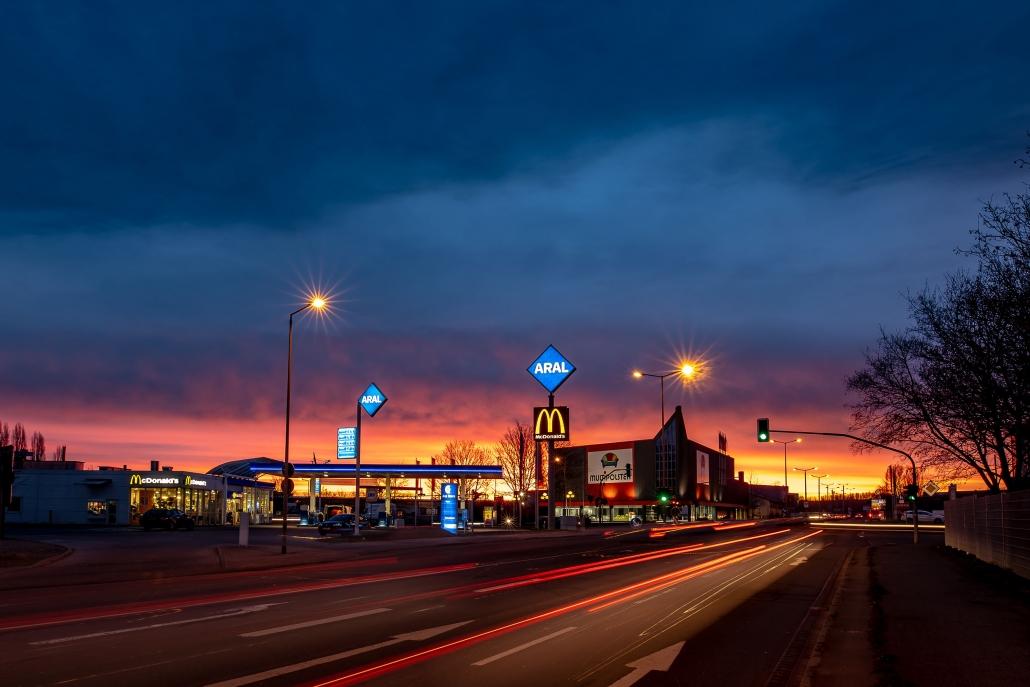 sehr farbenfroher Sonnenaufgang an der Aral Tankstelle in der Hugo John Strasse in Erfurt, der Landeshauptstadt von Thüringen