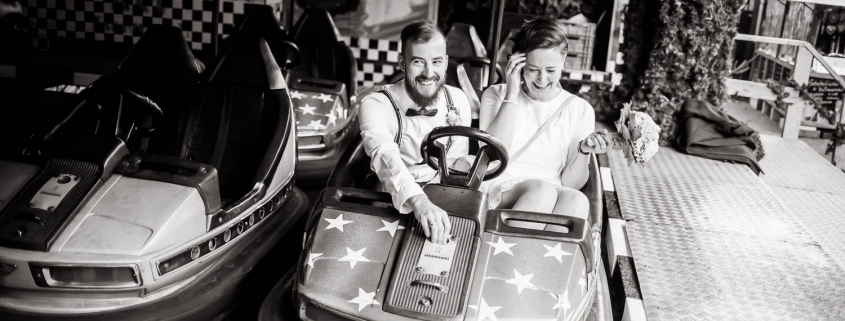 Hochzeitsreportage auf dem Weihnachtsmarkt im Autoscooter