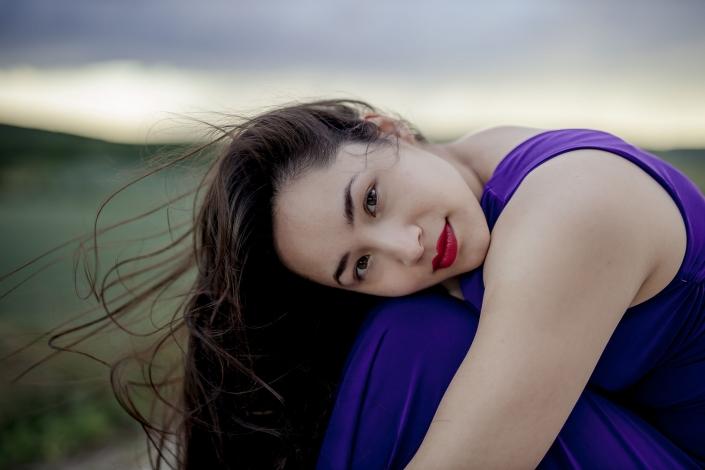 sinnliches Portrait im Kleid mit fliegendem Haar