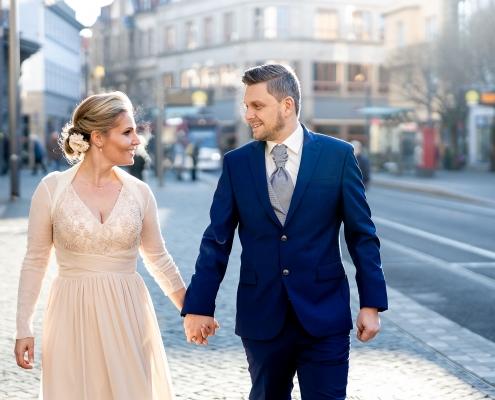 im gehen fotografiertes Hochzeitspaar in Erfurt