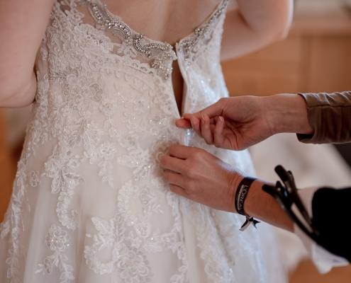 die Braut am frühen Morgen beim Styling