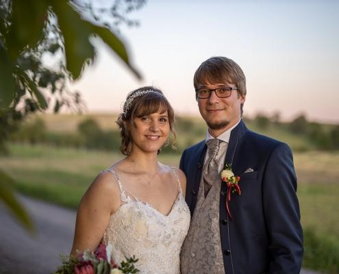stimmungsvolles Portrait vom Hochzeitspaar im Abendlicht