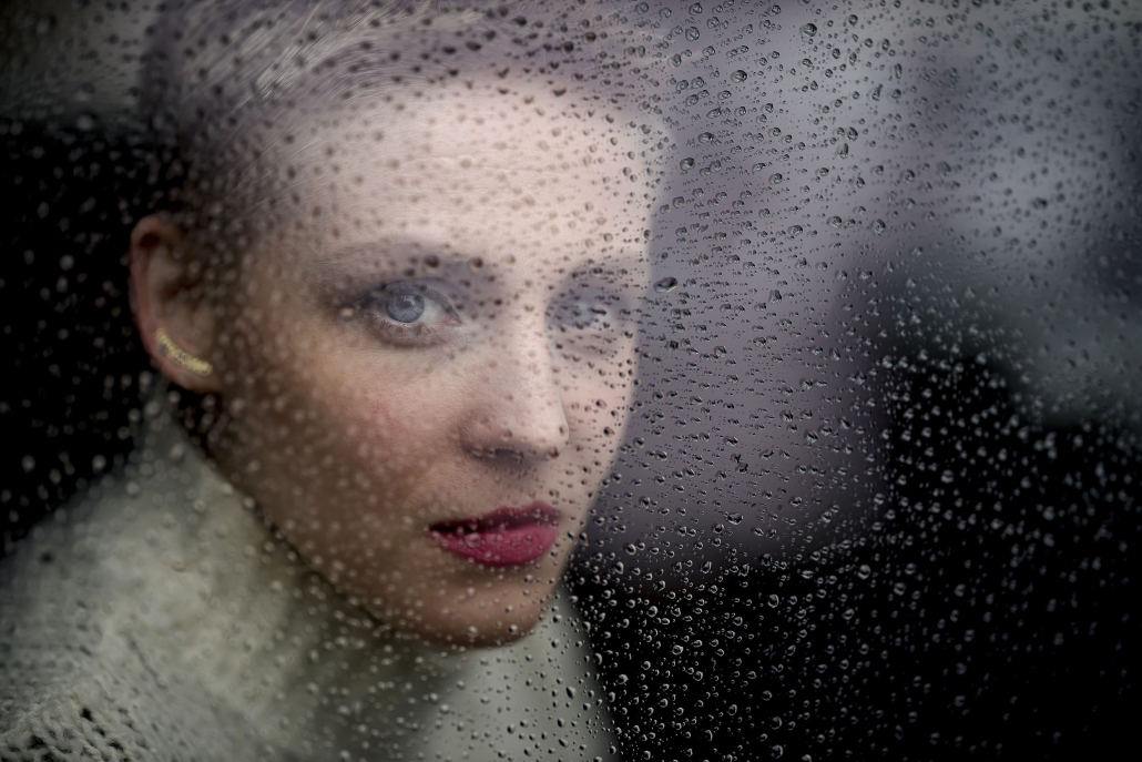 Portrait durch eine vom Regen nasse Scheibe | Canon EOS R & RF 85mm f1.2