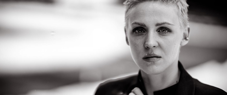 ausdrucksstarkes Portrait fotografiert im Regen | Canon EOS R & RF 85mm 1.2