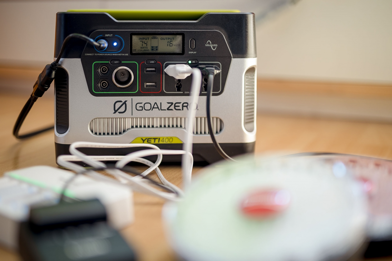 der Yeti 400 kann gleichzeitig Strom abgeben und geladen werden