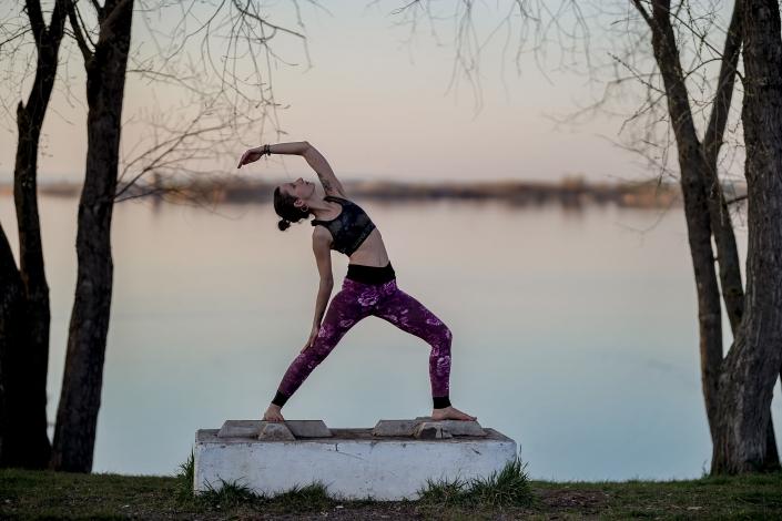 Yoga Fotoshooting kurz vor Sonnenuntergang am Alperstedter See bei Erfurt | Canon EOS R & RF 85mm f1.2