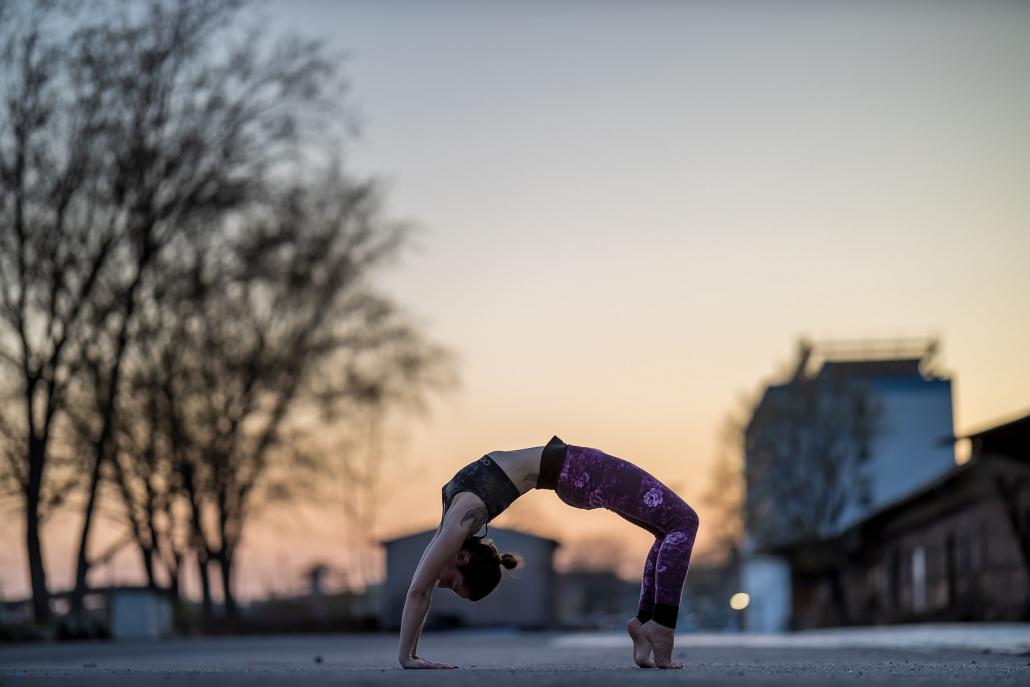 Yoga Fotoshooting kurz nach Sonnenuntergang am Zughafen in Erfurt | Canon EOS R & RF 85mm f1.2