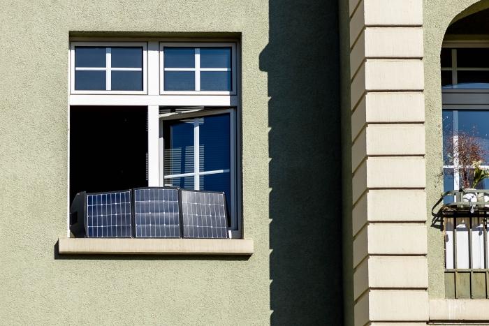 Solartasche von Offgridtec steht im Fensterbrett und lädt den Goal Zero Yeti 400 mit Solarstrom