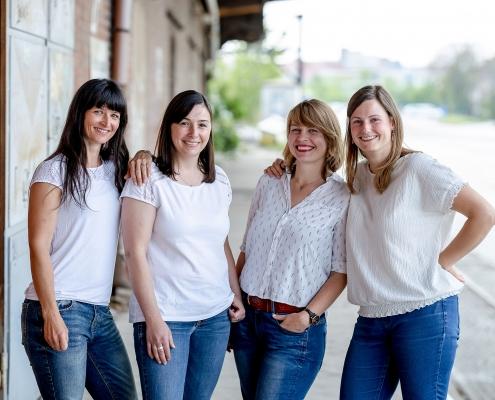 4 beste Freundinnen, fotografiert auf der Laderampe am Zughafen in Erfurt