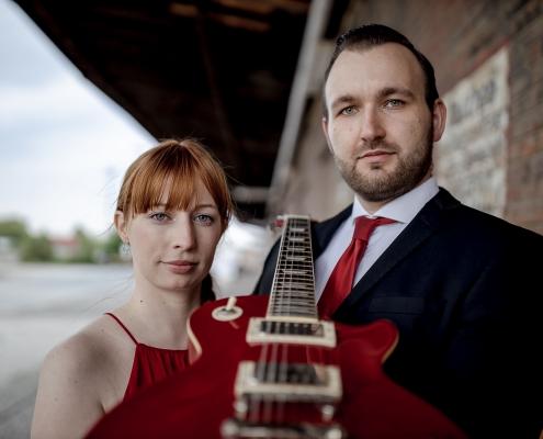 rotes Kleid, roter Binder & rote Gitarre sehr stylisch Canon EOSR & EF 35mm f/1.4l ii usm