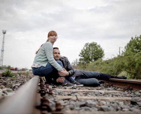 Paar liegt auf der Schiene mit Blick in die gemeinsame Zukunft Canon EOSR & EF 35mm f/1.4l ii usm