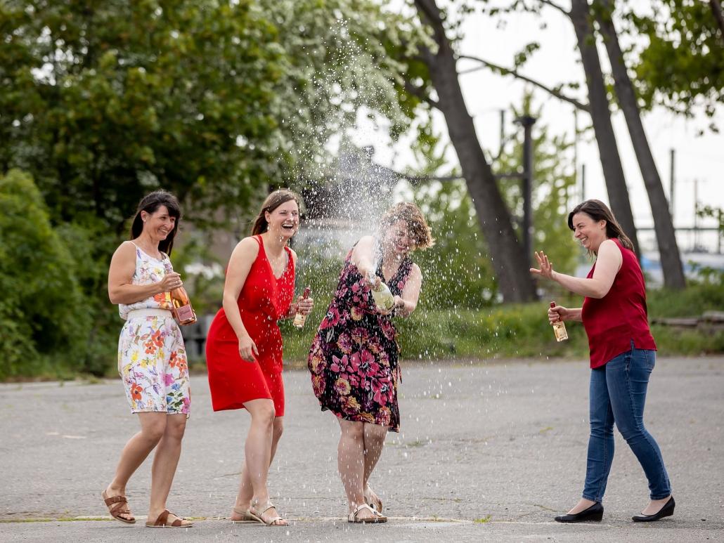 Sekt und Spaß beim Freundinnen Fotoshooting