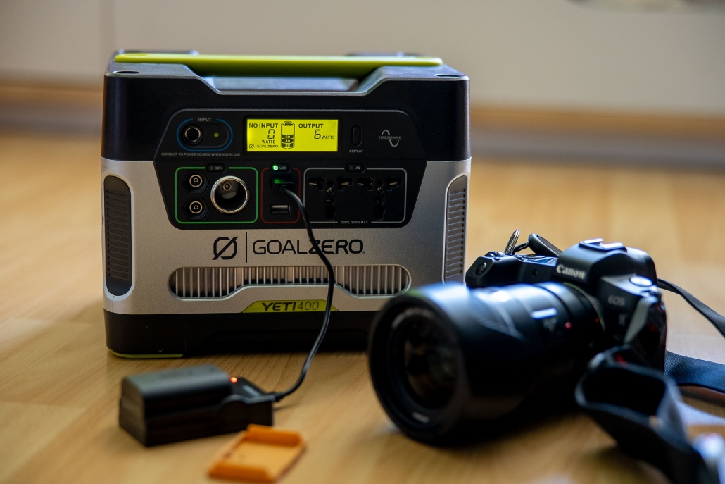 der Goal Zero Yeti 400, mit USBLadegerät von Duracell und Canon EOS R mit EF 35mm f/1.4l ii usm, sehr schön zu sehen ist der geringe Verbrauch von 6 Watt