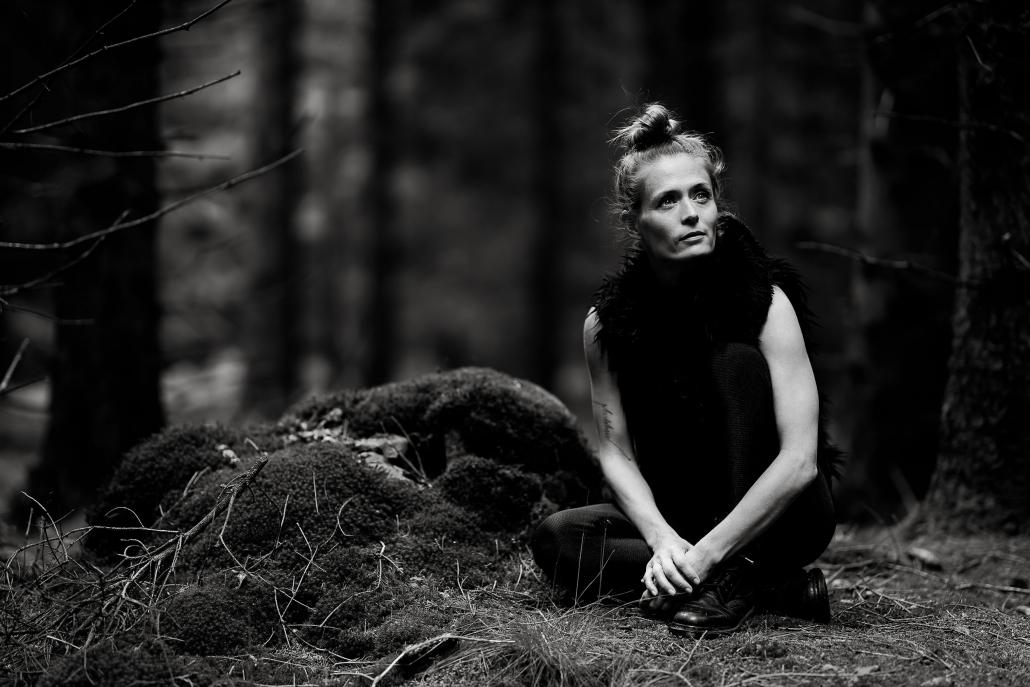 sitzende Frau als Ganzkörper Portrait fotografiert in Schwarz Weiss im Thüringer Wald mit der Canon EOSR & RF 85mm f/1.2L USM