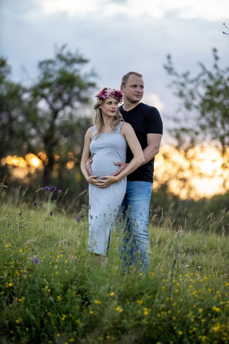 romantisches Babybauchbild im Grünen vor dramatischen Sonnenuntergang Canon EOSR & RF 85mm f/1.2L US