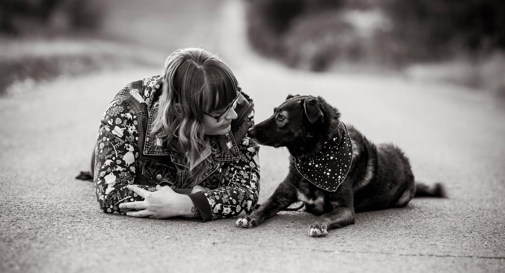 Frauchen und Hund schauen sich auf einem Weg liegend an Canon EOS R6 & RF 85mm f/1.2L USM