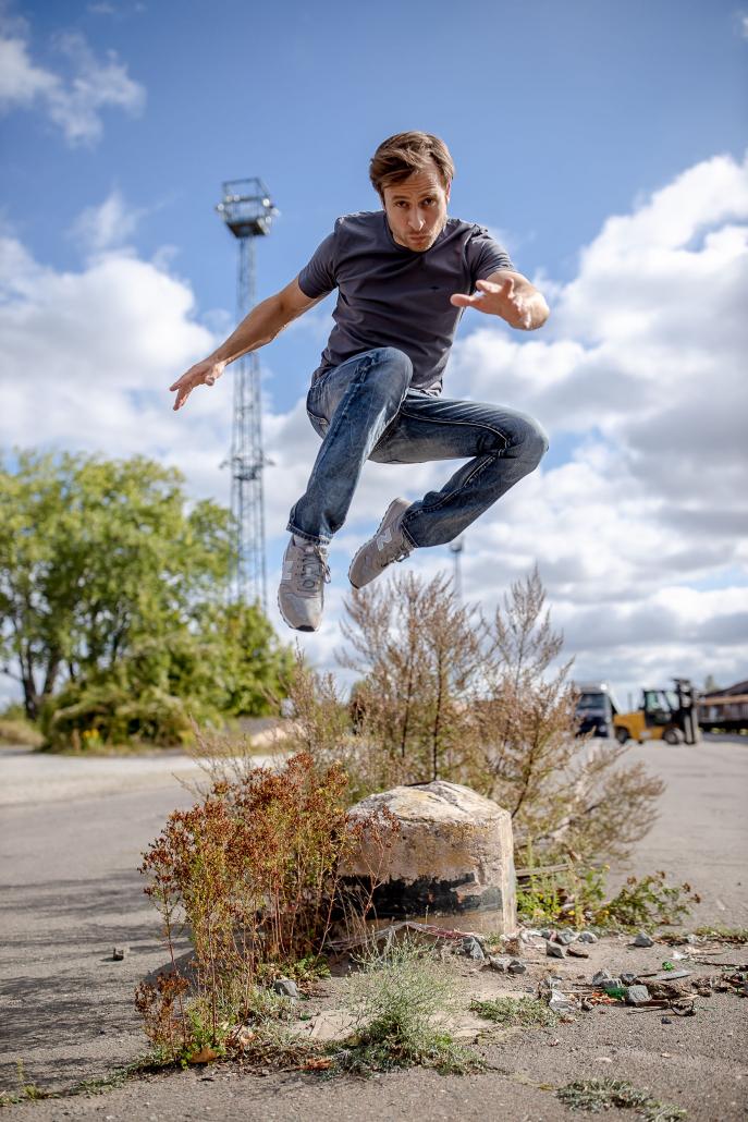 Schauspieler Thomas Stier-Koch im Sprung fotografier am erfurter Zughafen mit der Canon EOSR & EF 35mm f/1.4l ii usm