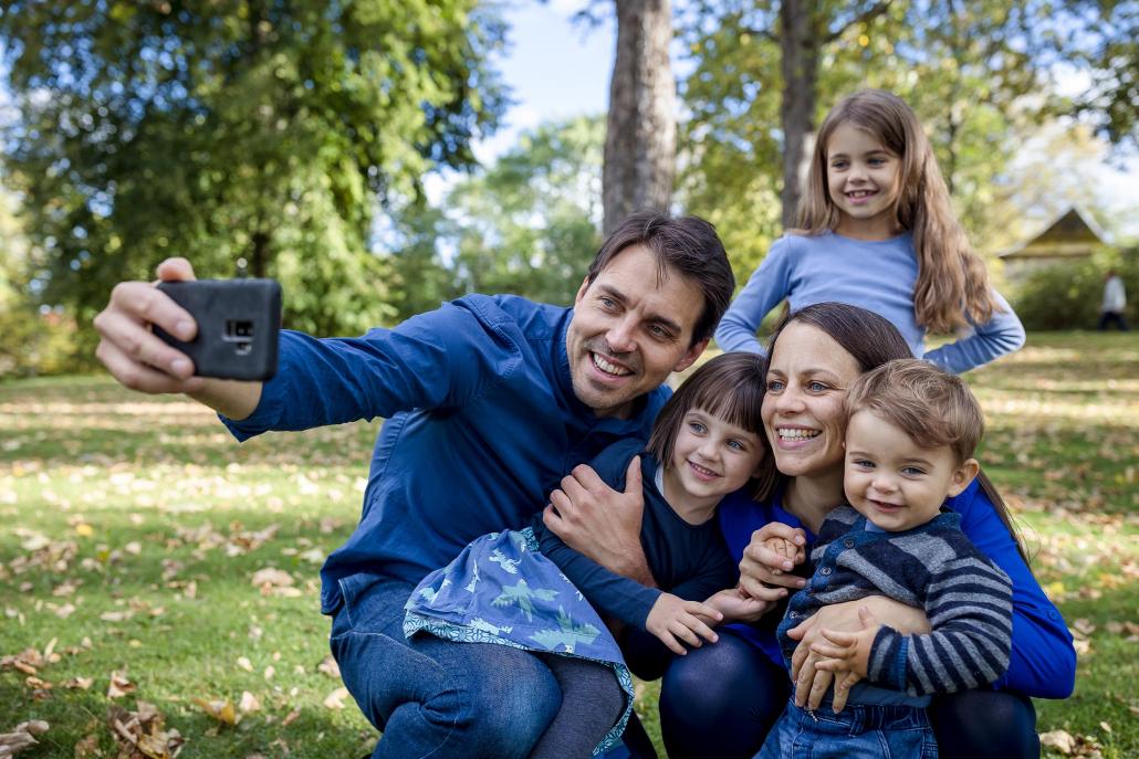 modernes Familienbild im Park, die Familie beim Selfie machen fotografiert mit der Canon EOSR6 & EF 35mm f/1.4l ii usm