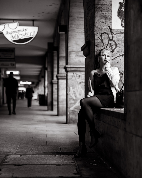 junge blonde Frau sitzt lasziv sinnlich in den Arkaden der Bahnhofstaße in Erfurt Canon EOS R6 & RF 28-70mm f2.0