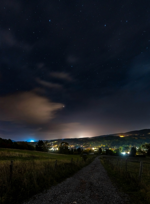 der nächtliche Sternenhimmel über Geraberg, gut zu erkennen der Lichtsmog von Ilmenau Canon Eos R6 & Sigma Art 20mm