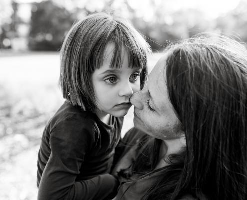 ein intensiver und ungestellter Moment zwischen Mama und Tochter Canon EOSR & EF 35mm f/1.4l ii usm